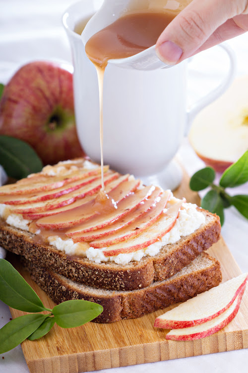 Apple sandwich with a pour