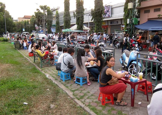Eating on the streets of Phnom Penh