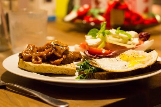 Smørrebrød med spejlæg og dampet spinat, med boeuf stroganoff og med tomat, raddichio, løg og feta
