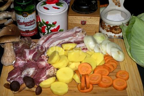 Kociołek z ogniska pełen ziemniaków, marchewki i karkówki ziemniak wieprzowina srednie polska jednogarnkowe  przepis foto