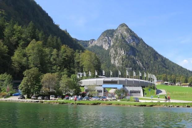 Direkt am See liegt eine Bobbahn