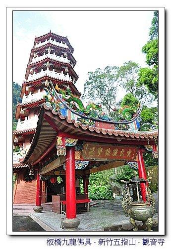 玄光琉璃宝塔在观音禅寺正殿的右后方