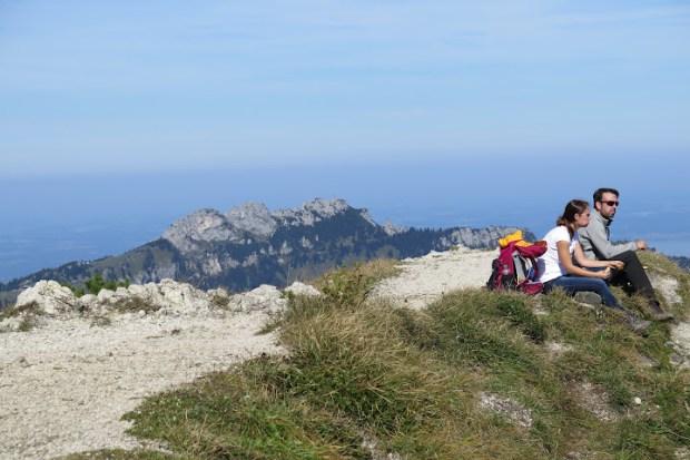 Hinter dem Geigelstein-Gipfel erhebt sich die Kampenwand