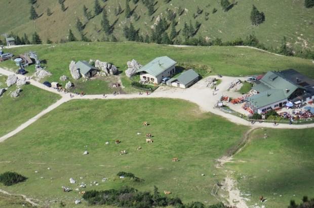 Blick auf die Alm unterhalb des Gipfels