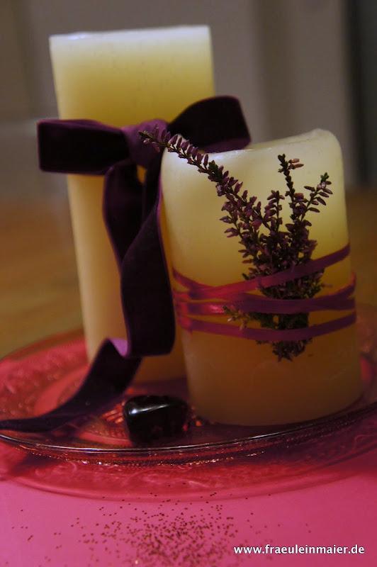 Kerzen-Deko mit Erika und Schleifenband pink und aubergine