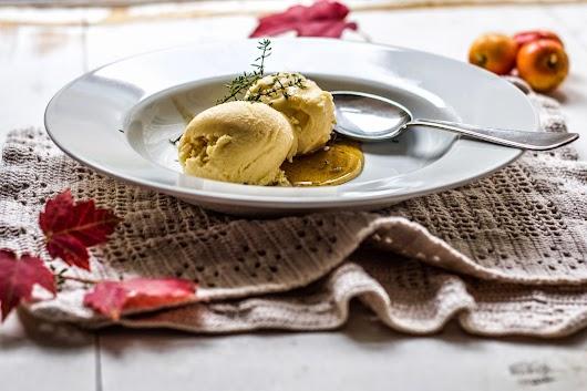 Paradisæbleis med timian serveret med æble-kastanje-sirup