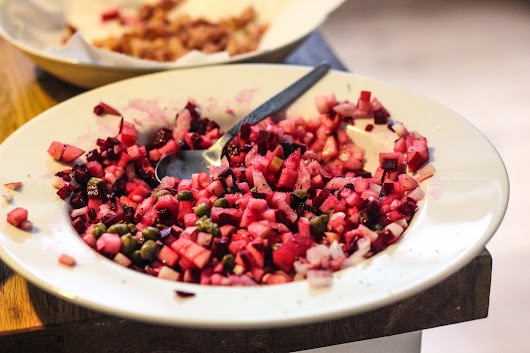 Tatar af rødbeder, æbler, løg og kapers - Mikkel Bækgaards Madblog