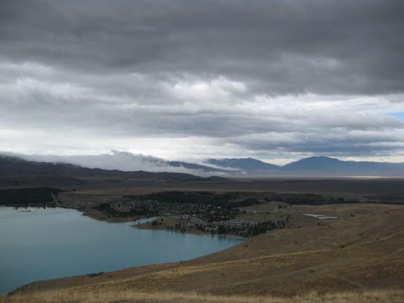 Blick auf die Ortschaft Tekapo, von Mount John, Neuseeland