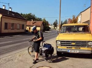 Vor einer geschlossenen Fahrradwerkstatt in Orth a. d. Donau