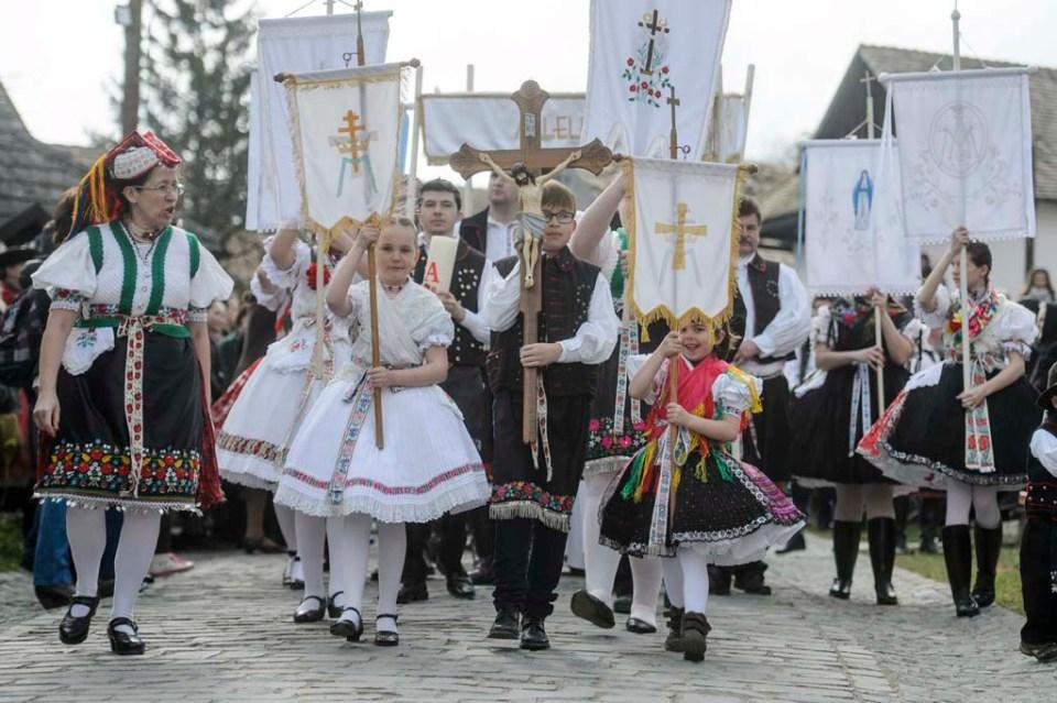 Hollókõ, 2016. március 27. A húsvétvasárnapi feltámadási körmenet résztvevõi Hollókõ ófalujában 2016. március 27-én. MTI Fotó: Komka Péter