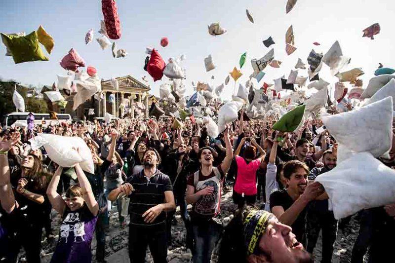 Budapest, 2016. április 2. Párnacsata a Hősök terén, Budapesten 2016. április 2-án. Április első hétvégéjén tartják világszerte a párnacsata napot. MTI Fotó: Balogh Zoltán