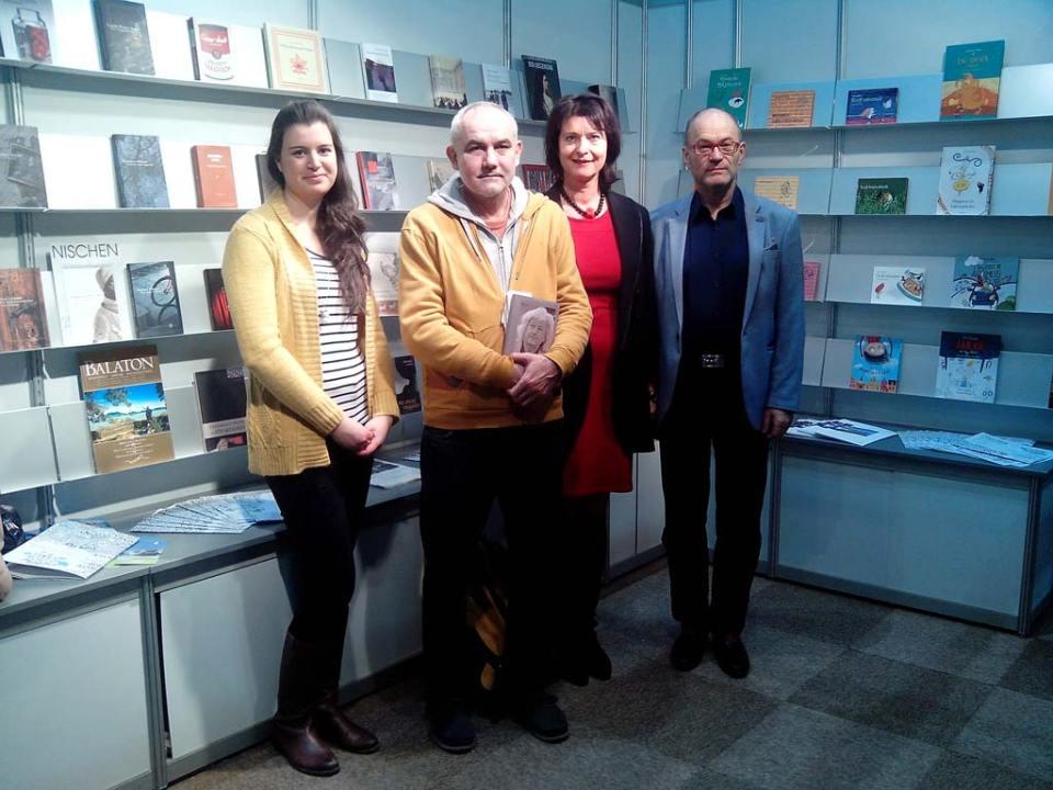 Dallos Emese, Darvasi László, Angelika Klammer és Cornelius Hell a Balassi Intézet standjánál. Fotó: Hacsek Zsófia.
