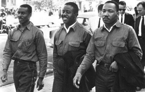 Desde la izquierda, los pastores Fred Shuttlesworth, Ralph Abernathy, y Martin Luther King Jr. el viernes santo de 1963 rumbo a la prisión de Birmingham (Birmingham, Ala., Public Library Archives)