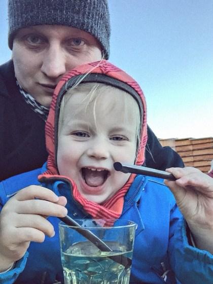 LIFE for FIVE. Kinderski.Papa Daniel mit seiner kleinen Tochter bei der Mittagspause beim Skifahren.