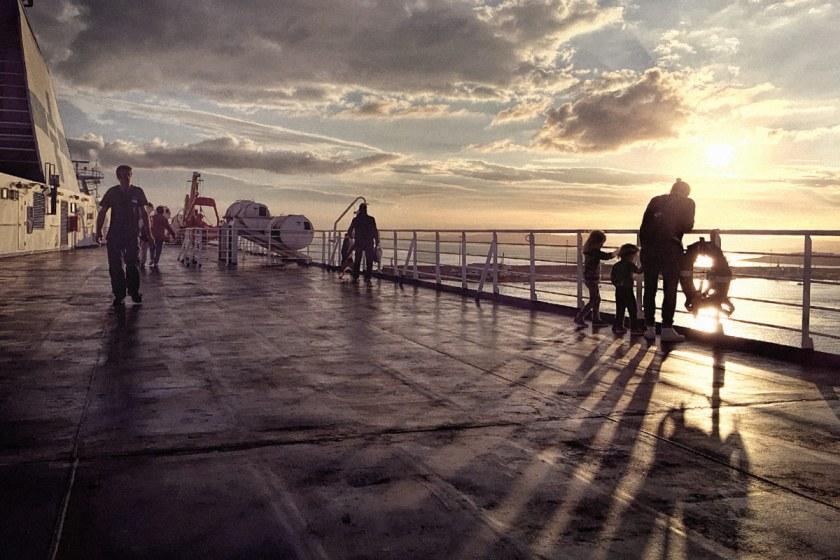LIFEforFIVE-Elternzeit. Sonnenuntergang auf der Fähre nach Sardinien.