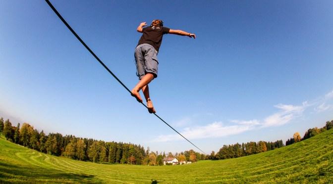キャンプでのアクティビティにも最適!新しいバランススポーツ【スラックライン】遊んでいるだけで体幹まで鍛えられてしまいます