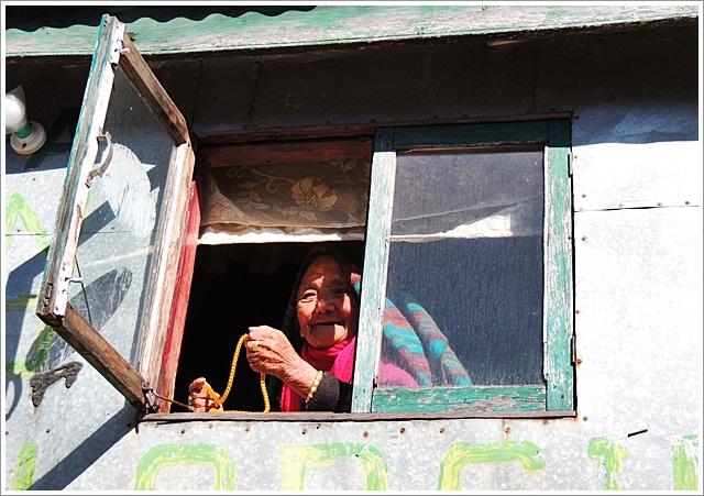 Darjeeling-Sandakphu-Kalapokhari-Lady