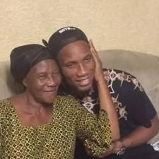 Didier Drogba rend visite à la veuve de Laurent Pokou
