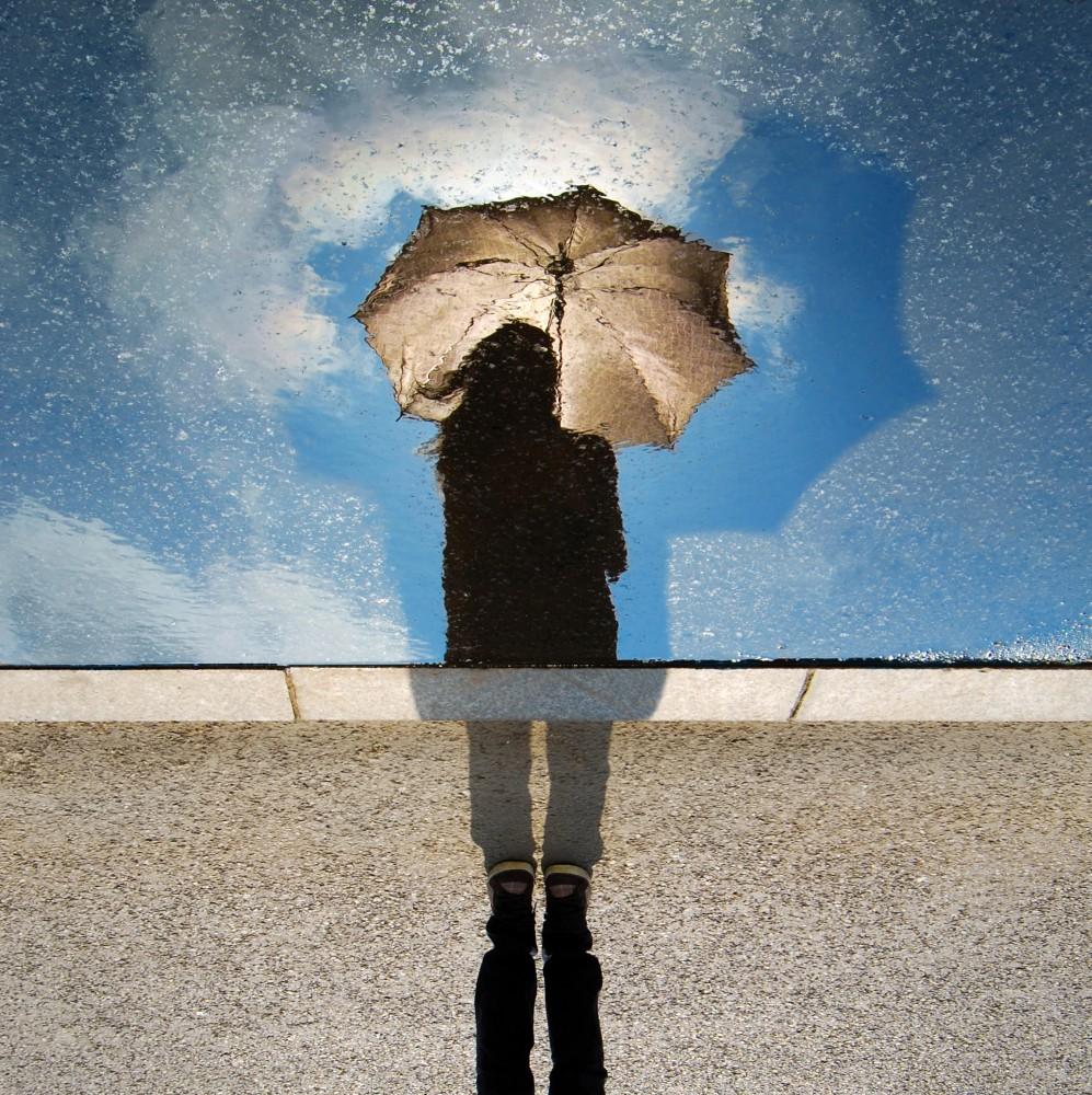 ombrello-aperto-sotto-la-pioggia