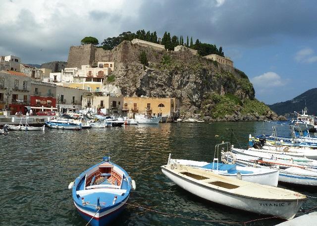 Baia di Marina Corta e rocca del castello di Lipari