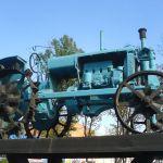 Памятник трактору около СХТ.
