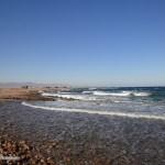 Волны на берегу красного моря