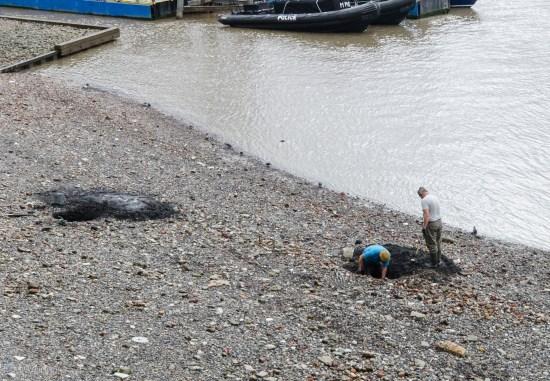 Мужики на берегу Темзы, видимо ищут клад