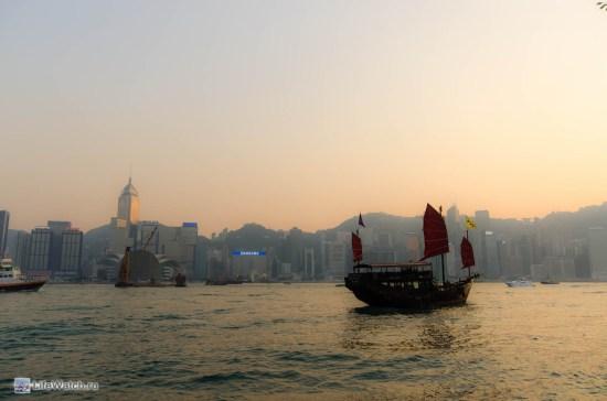 Один из символов Гонконга. Джонка с красными парусами