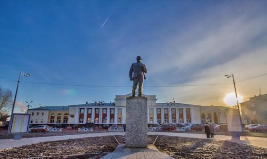 Памятник Ленину у ж/д вокзала (на заднем фоне)