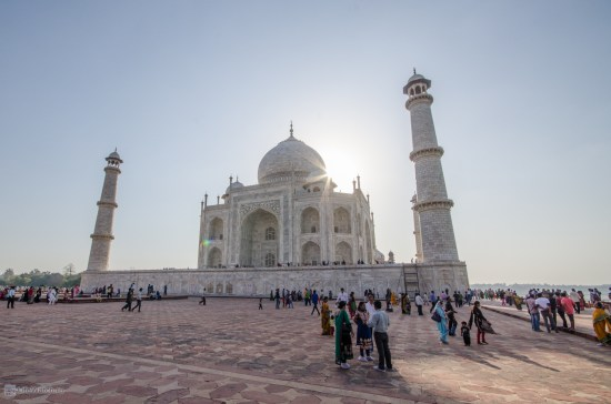 Сотни туристов и паломников
