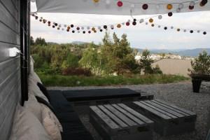 Pallemøbler ferdig satt opp og klart til fest cotton lyslenke