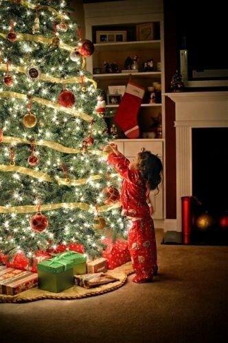 juletre forventningsfullt barn