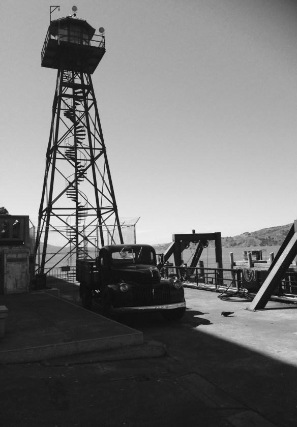 Lastebil og vakttårn Alcatraz sort hvitt
