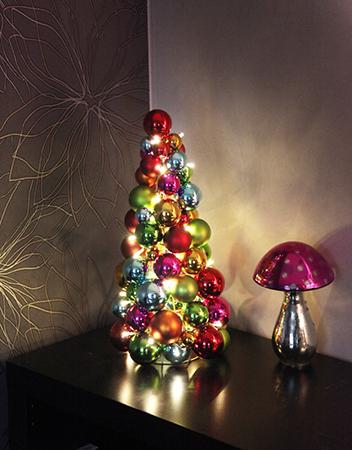 Juletre av julekuler miljøbilde