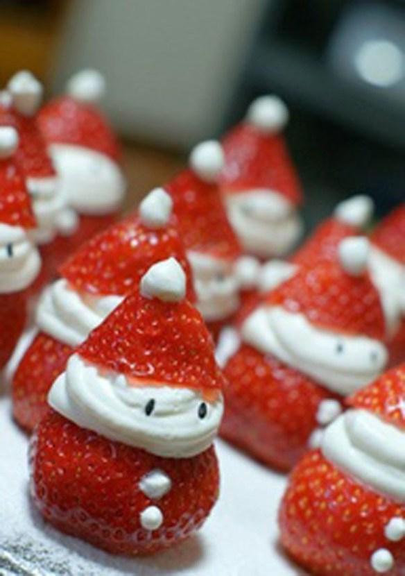 jordbær som julenisser med krem