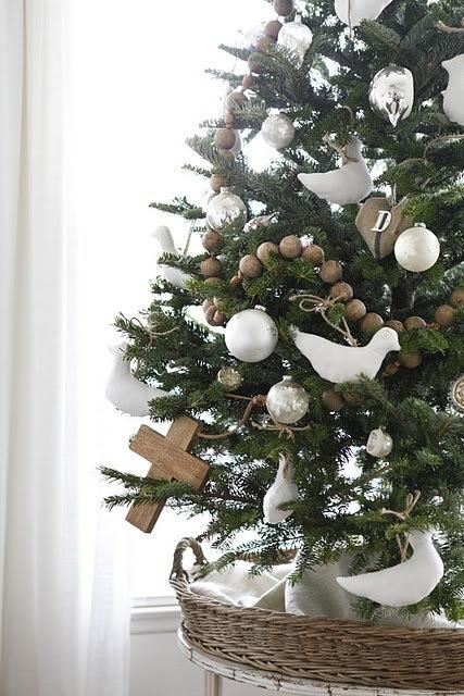 juletre med hvite duer og kors