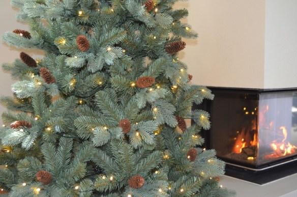 kunstig-juletre-210-cm-med-kongler