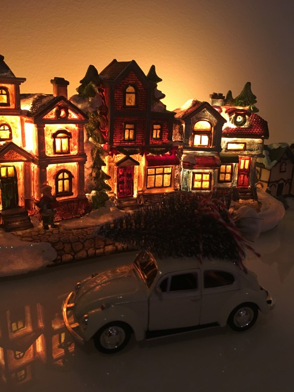 hvit-boble-med-juletre-pa-taket-miljobilde-morkt