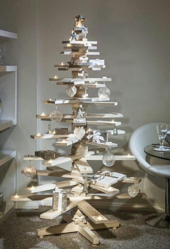 juletre-av-plank-med-lys