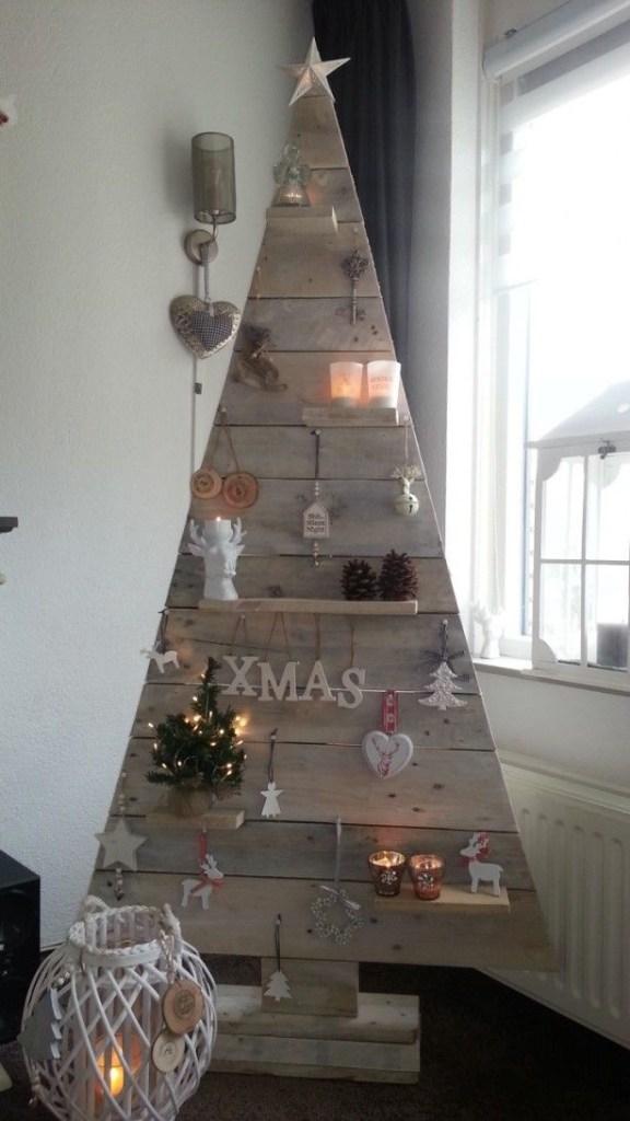 juletre-med-lys-laget-av-planker