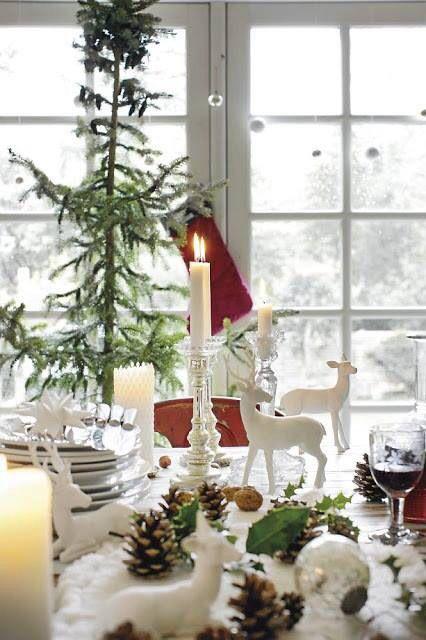 juledekket-bord-i-hvitt-med-hjort