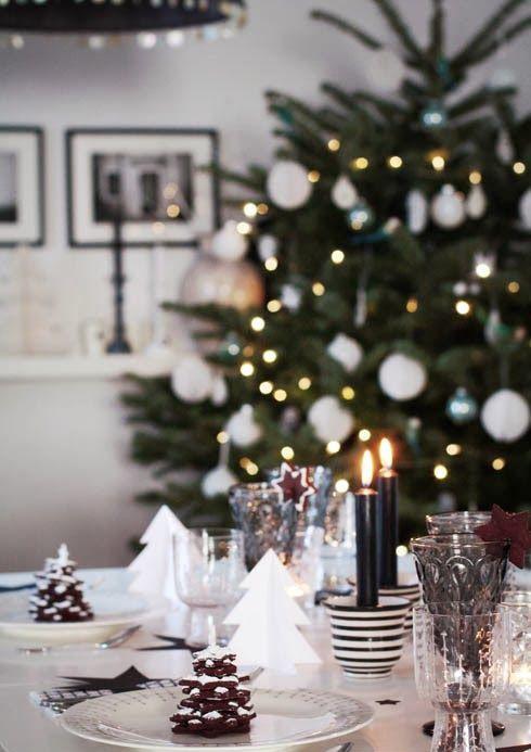juledekket-bord-med-juletre-i-bakgrunnen