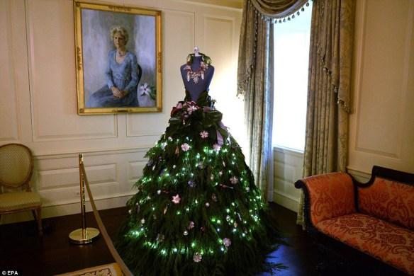 julekjole-dekorasjon-granbar-med-lys-og-dekor