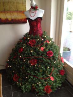 julekjole-granbar-med-rodt-liv