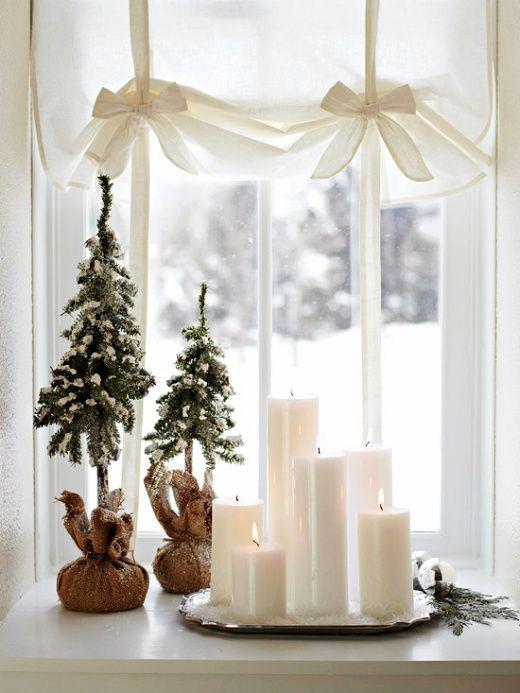 mini-juletraer-og-lys-i-vindu