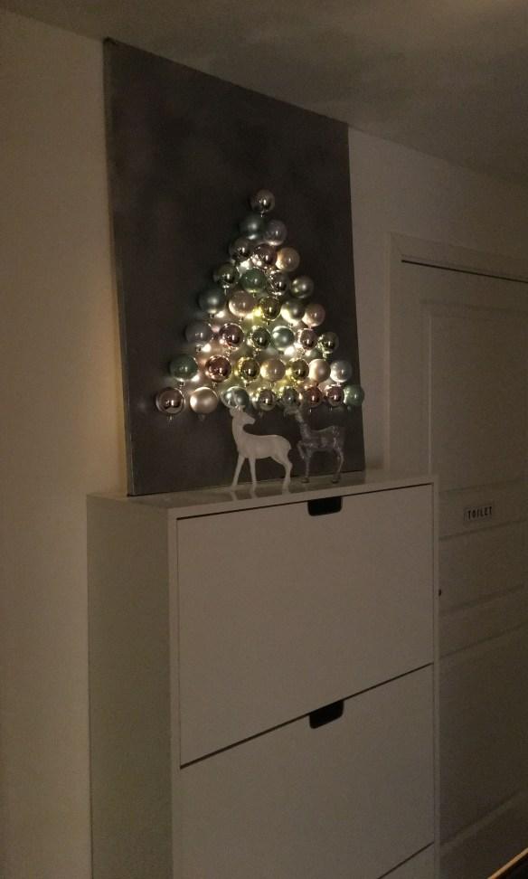 juletre-pa-vegg-ramme-julekuler-lyslenke-batteri
