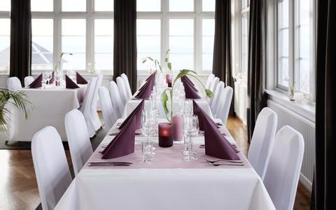 Dekket bord med lilla serviett