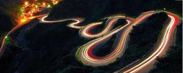 Curvas-do-S-na-estrada-para-Jiufen-em-Taiwan