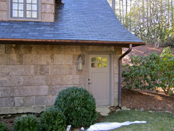 Love this cute little side entry to the garage–guest house