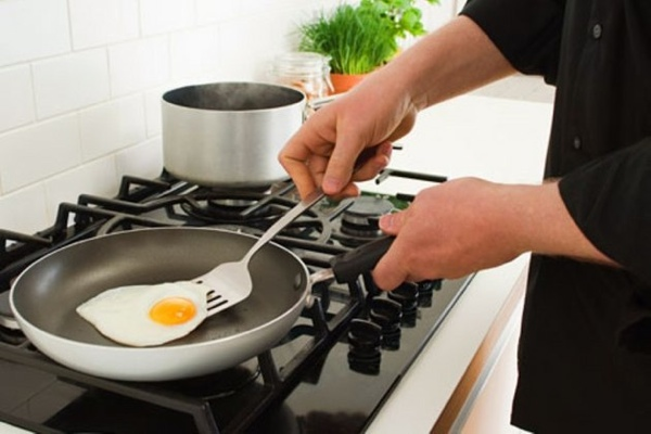 Getty-Rf-Photo-Of-Man-Cooking-Egg-Teflon-Skillet